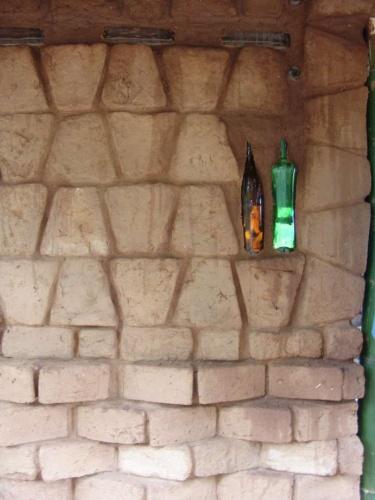 Casa Zen : Appareillage des adobes avec les bouteilles en verre