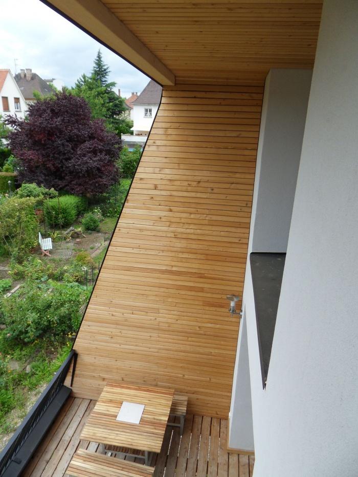 Extension et restructuration d'une maison 1940 : Vue du balcon vers la terrasse